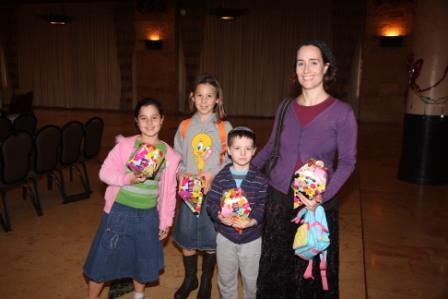 גלרייה - מסיבת חנוכה לילדי הבורסה (דימול) 6.12.2010 תמונה 21 מתוך 63