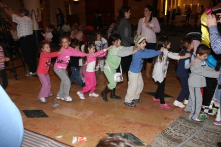 גלרייה - מסיבת חנוכה לילדי הבורסה (דימול) 6.12.2010 תמונה 60 מתוך 63