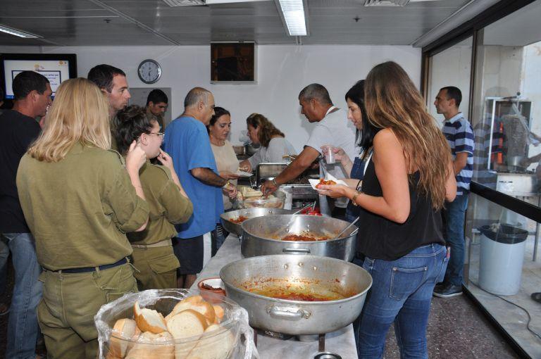 גלרייה - ביקור חיילים במחלקת השיקום שיבא תל השומר 27.8.2014 תמונה 11 מתוך 11